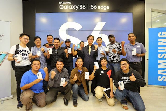 "Lee Sang Hoon, President of Samsung Malaysia Electronics together with the ecstatic winners of the ""I want #myGalaxyS6"" hunt."