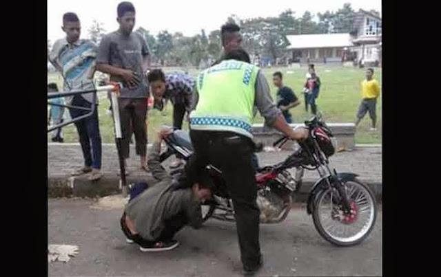 Biar Jera, Polisi Paksa Pemilik Motor Ini Dengerin Knalpot. Setuju?