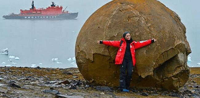 Οι  «μπάλες του Θεού» παράξενοι στρογγυλοί βράχοι σε ένα νησί της Αρκτικής