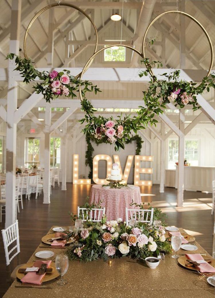 Como hacer coronas gigantes de flores para decorar tu boda for Decoracion para casamiento