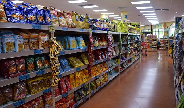 Prateleiras e produtos no supermercado Trader Joe's em Orlando