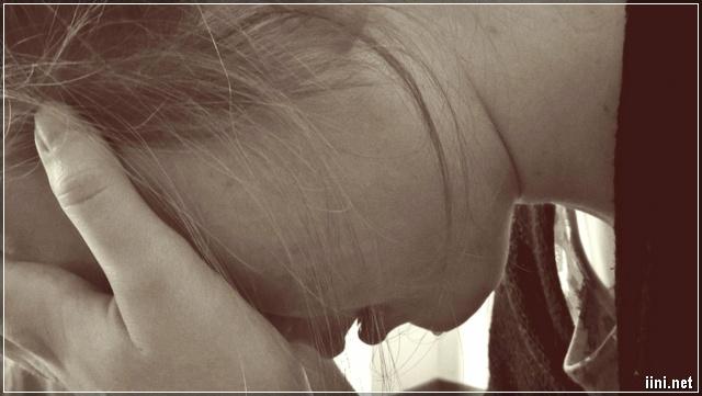ảnh cô gái khóc với giọt nước mắt lăn dài trên má