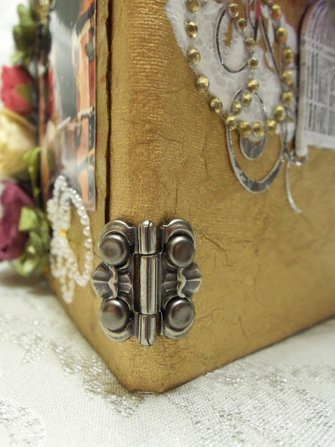 close up of hinge on the spine of the case