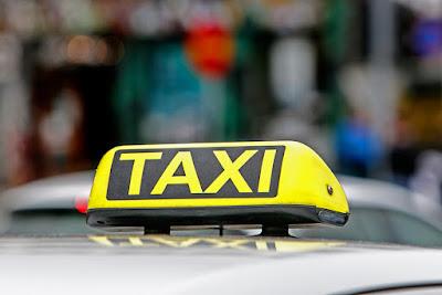 Señal de taxi, uno de los transportes más caros de Islandia