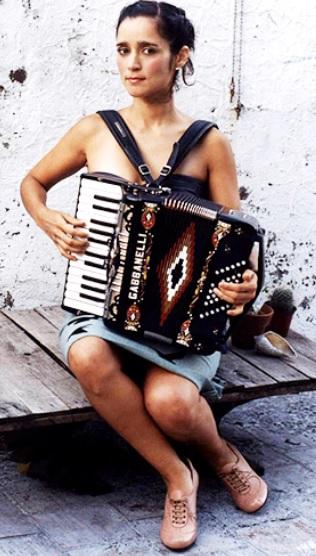 Foto de Julieta Venegas sentada con su instrumento