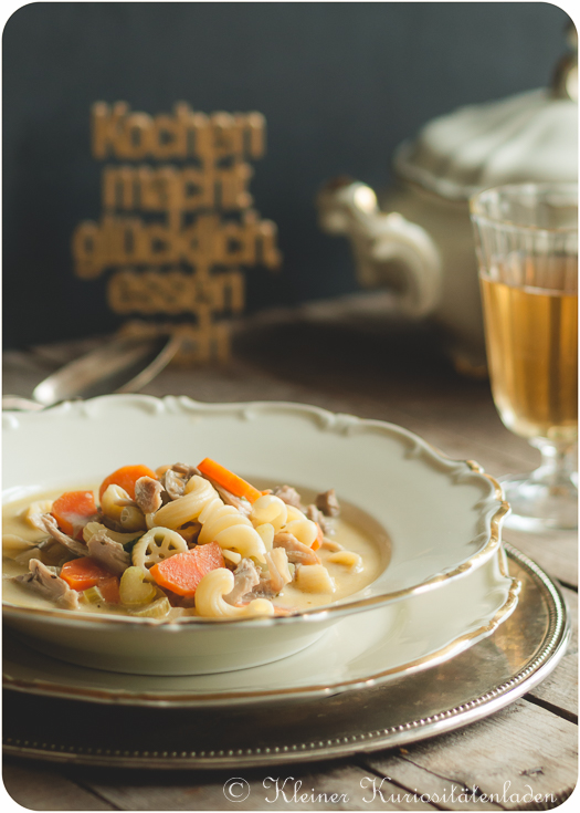 Hühnercremesuppe mit Nudeln und Gemüse