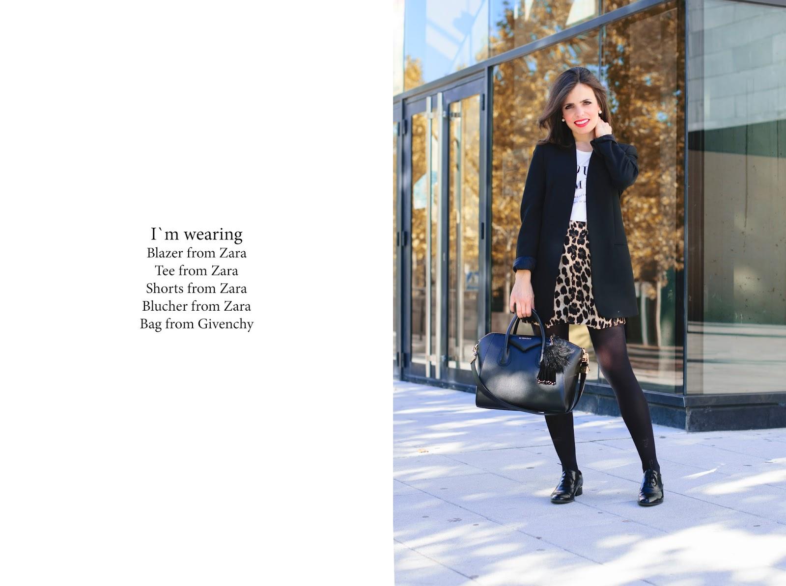 Look con shorts de leopardo de Zara