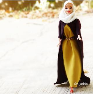 نيجيرية تعرض أزياء المحجبات على دمية الباربي Jasc.story