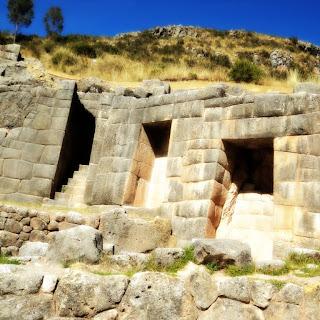 Tambomachay, em Cusco: Escadaria e Urnas das Múmias