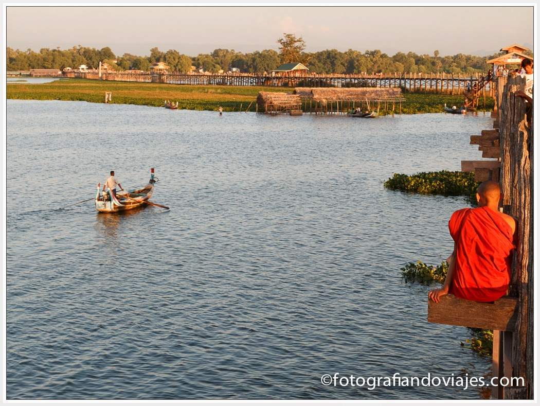 barca y monje budista en el Puente U Bein en Amarapura, cerca de Mandalay en Myanmar