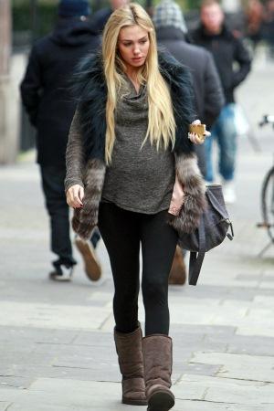 de9901afbe1 Βασική προτεραιότητα κατά τη διάρκεια της εγκυμοσύνης είναι η άνεση. Μια  έγκυος πρέπει να νιώθει άνετα μέσα στα ρούχα της, χωρίς όμως αυτό να  σημαίνει ότι ...