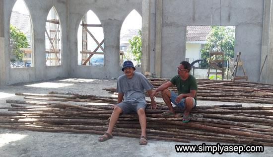 TUMPUKAN : Inilah kayu cerucuk yang masih dalam kondisi bagus di susun di bagian dalam Masjid untuk kemudian akan diolah lagi oleh pekerja. Foto Asep Haryono