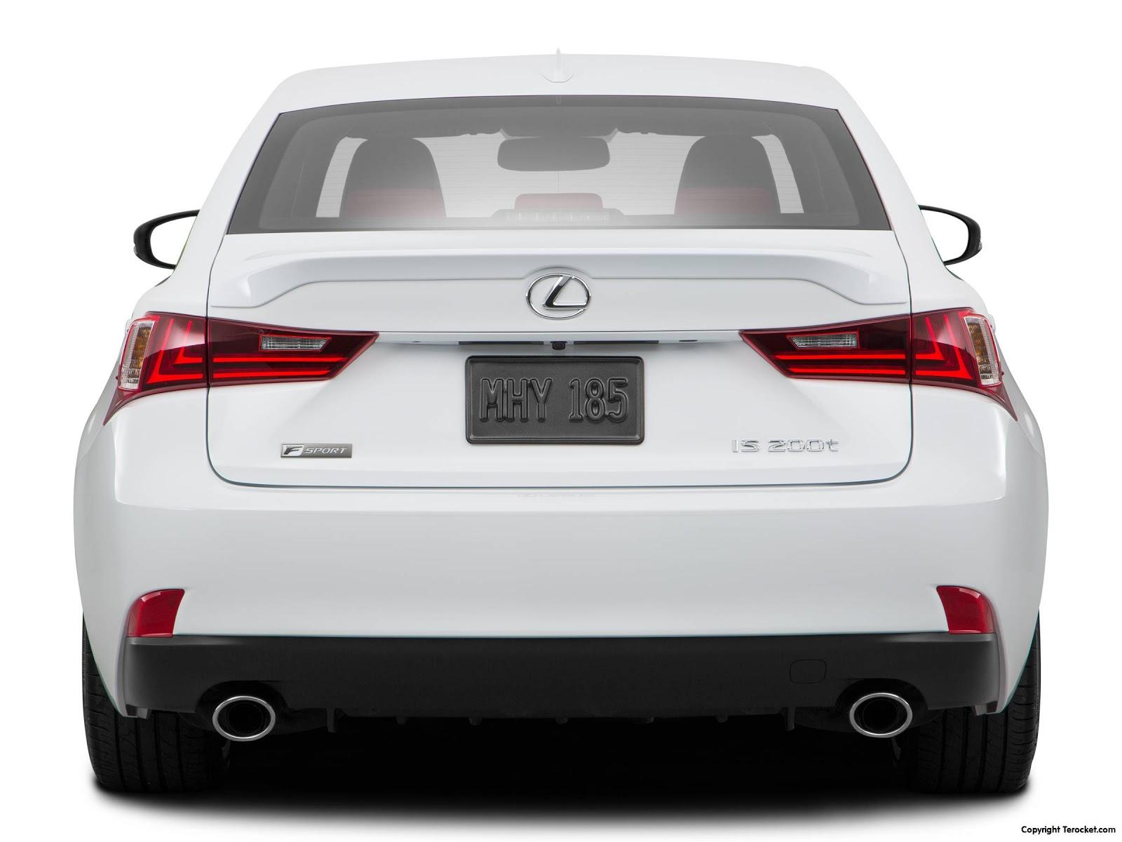 Mặt sau của Lexus IS200t 2016 chắc chắn, nhưng ống xả khá thô so với các dòng xe khác của Lexus