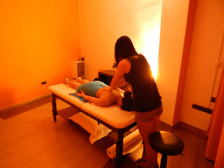 Eva asian masseuse massaging lower bag in massage center Hâi, La Malagueta, Malaga