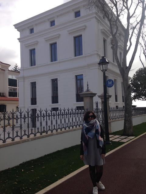 uma das autoras do blog junto à casa sommer em cascais