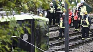 El conductor de la formación fue detenido. Los equipos de emergencias seguían trabajando seis horas después del accidente.
