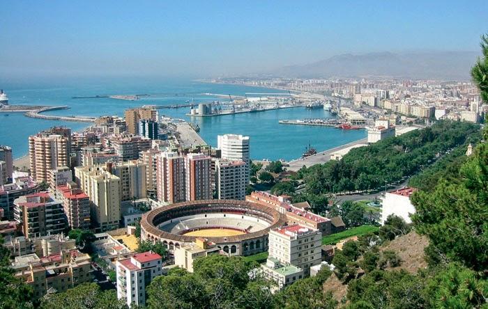Panorámica de Málaga con la plaza de toros y el puerto al frente