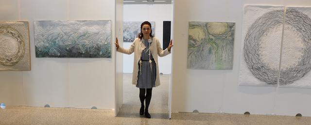 Foto von Jacqueline Heinz aus Wolfenbüttel während ihrer Ausstellung Art Quilts 2017 Würzbug.
