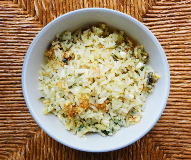 arroz con acelga y huevo frito