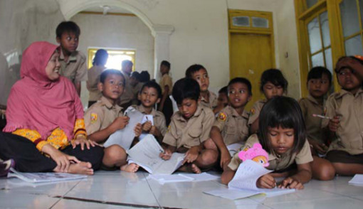 Pegal..48 Murid SD Terpaksa Belajar di Musala