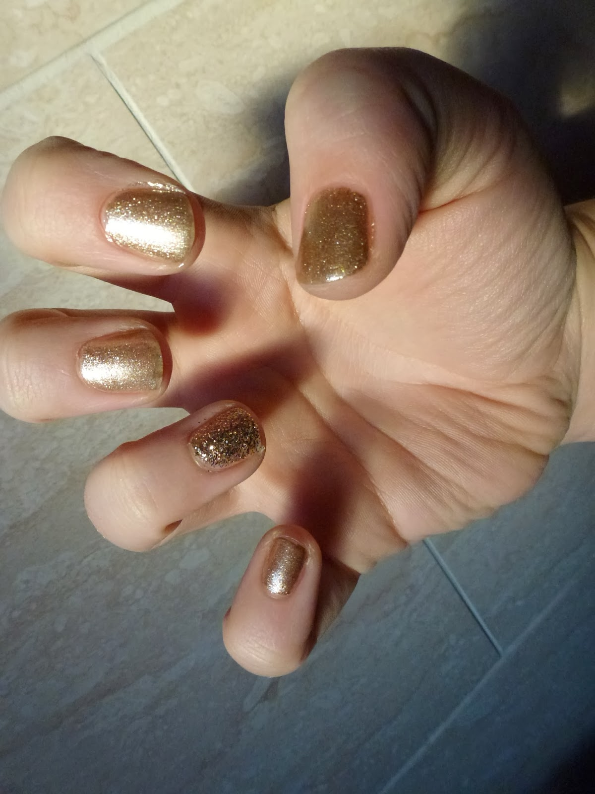 gold-christmas-nails