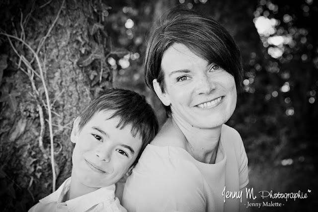 portrait noir et blanc maman enfant garçon