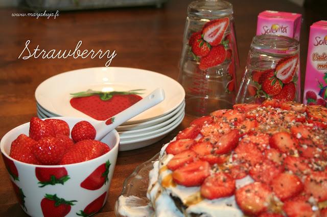 mansikkakakkua mansikka astioista