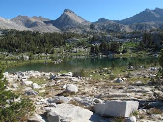 Ein von Wiesen umgebener See im Lake Basin