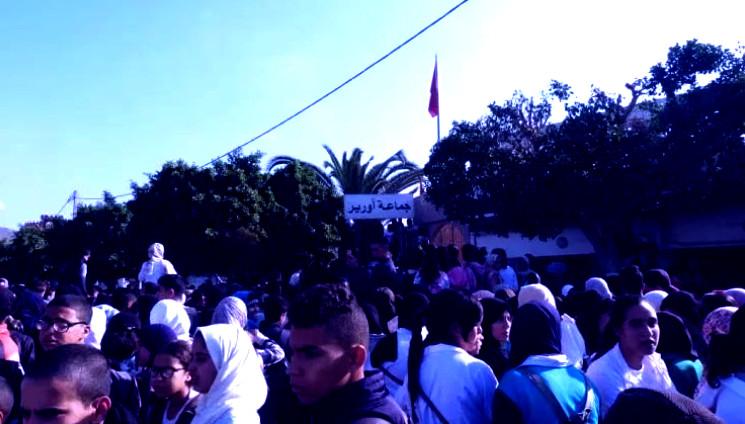 """""""انتفاضة الساعة"""" تتمدد.. آلاف التلاميذ يحاصرون المسؤولين بأكادير (فيديو)"""