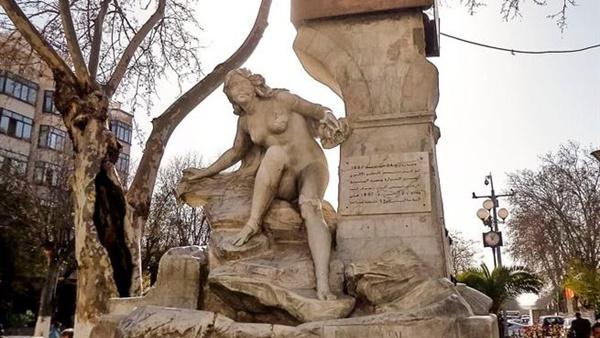 """اعادة تمثال """"المرأة العارية"""" في الجزائر كما كان"""
