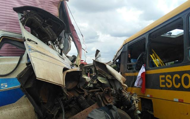 Batida entre ônibus escolar e carreta deixa três mortos na BR-116, entre Serrinha e Santa Bárbara