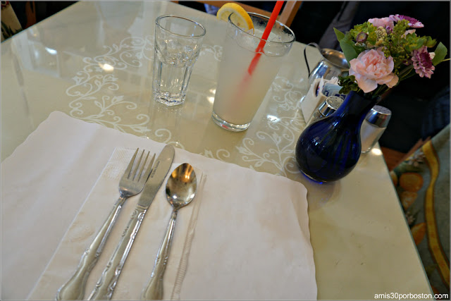 Mesa en la Cafetería Mama's On Washington Square en San Francisco