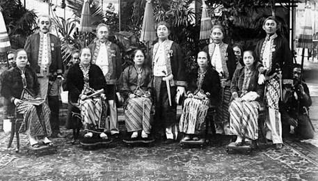 Pakaian Adat Sunda Jawa Barat Berserta Gambar dan Penjelasannya