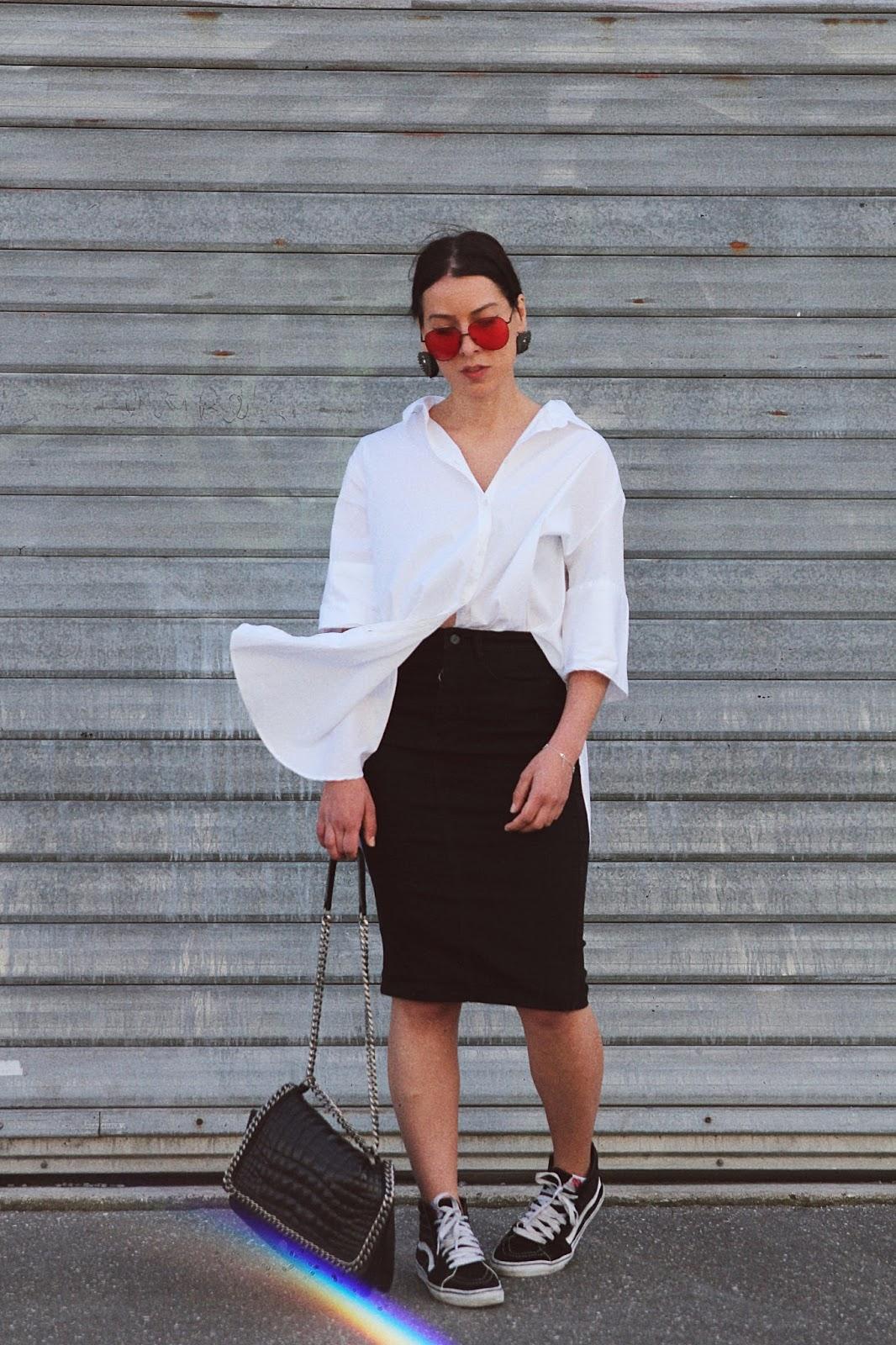 look-chemise-oversize-lunettes-verres-colorés-rouge-vans