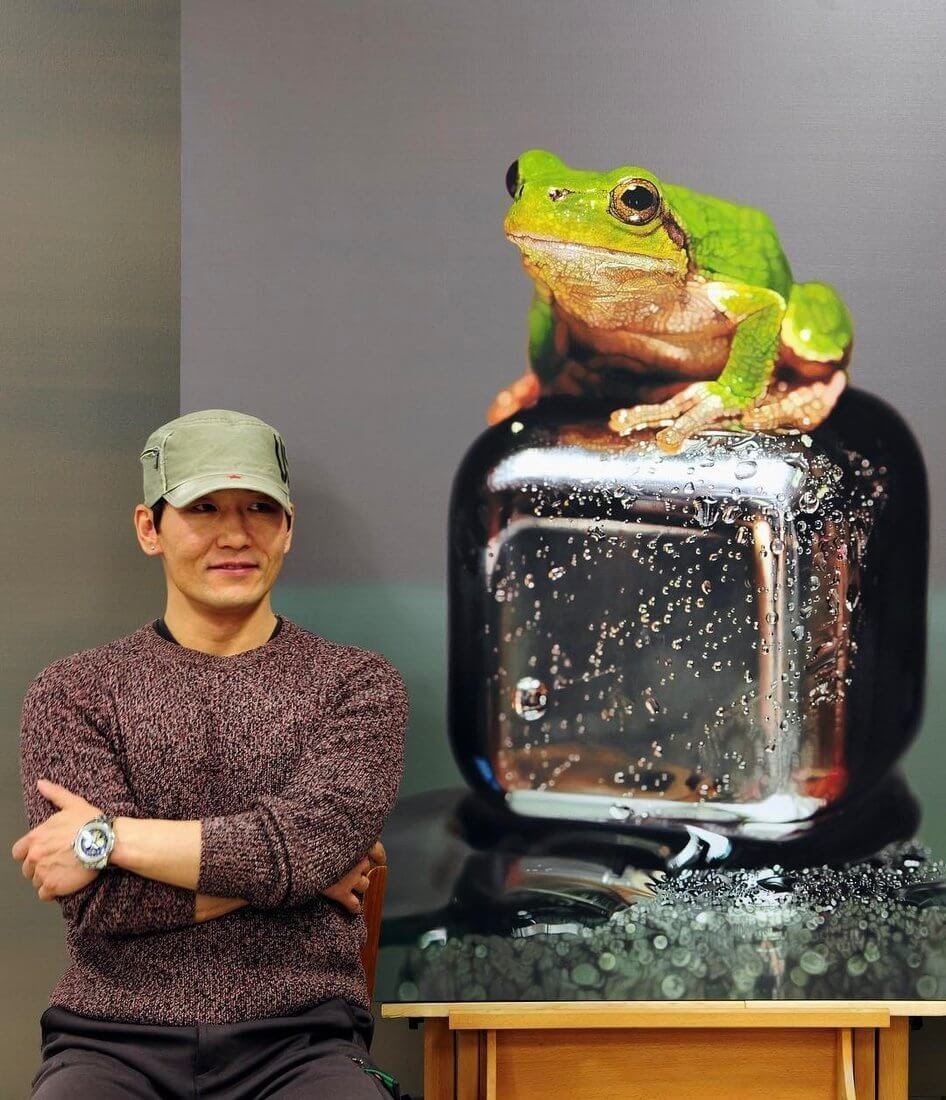 02-Frog-on-Cube-Young-sung-Kim-Realistic-Animal-Oil-Paintings-on-Canvas-www-designstack-co