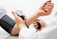 Tomando la tensión arterial con tensiómetro