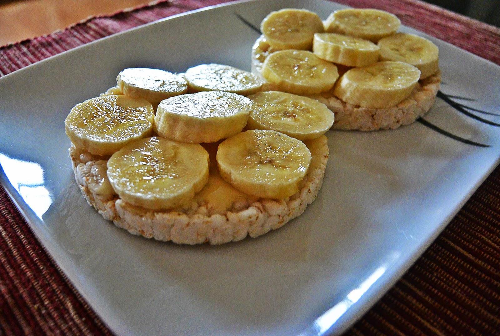 Wafle ryżowe z miodem i bananami