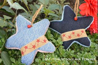 Minky rose pour les fillettes, bleu pour les petit garçons, jeans (recyclés, chinés, transformés) bleu foncé ou clair, faites votre choix. Ruban toile de jute étoiles rouge moirées, clochette rouge, ficelle en chanvre pour suspendre l'étoile dans le sapin.