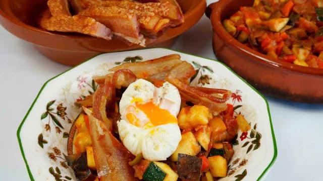 Pisto casero con huevo y torreznos de Soria