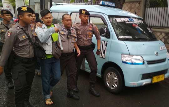 sopir angkot sweeping angkutan online di kota cirebon