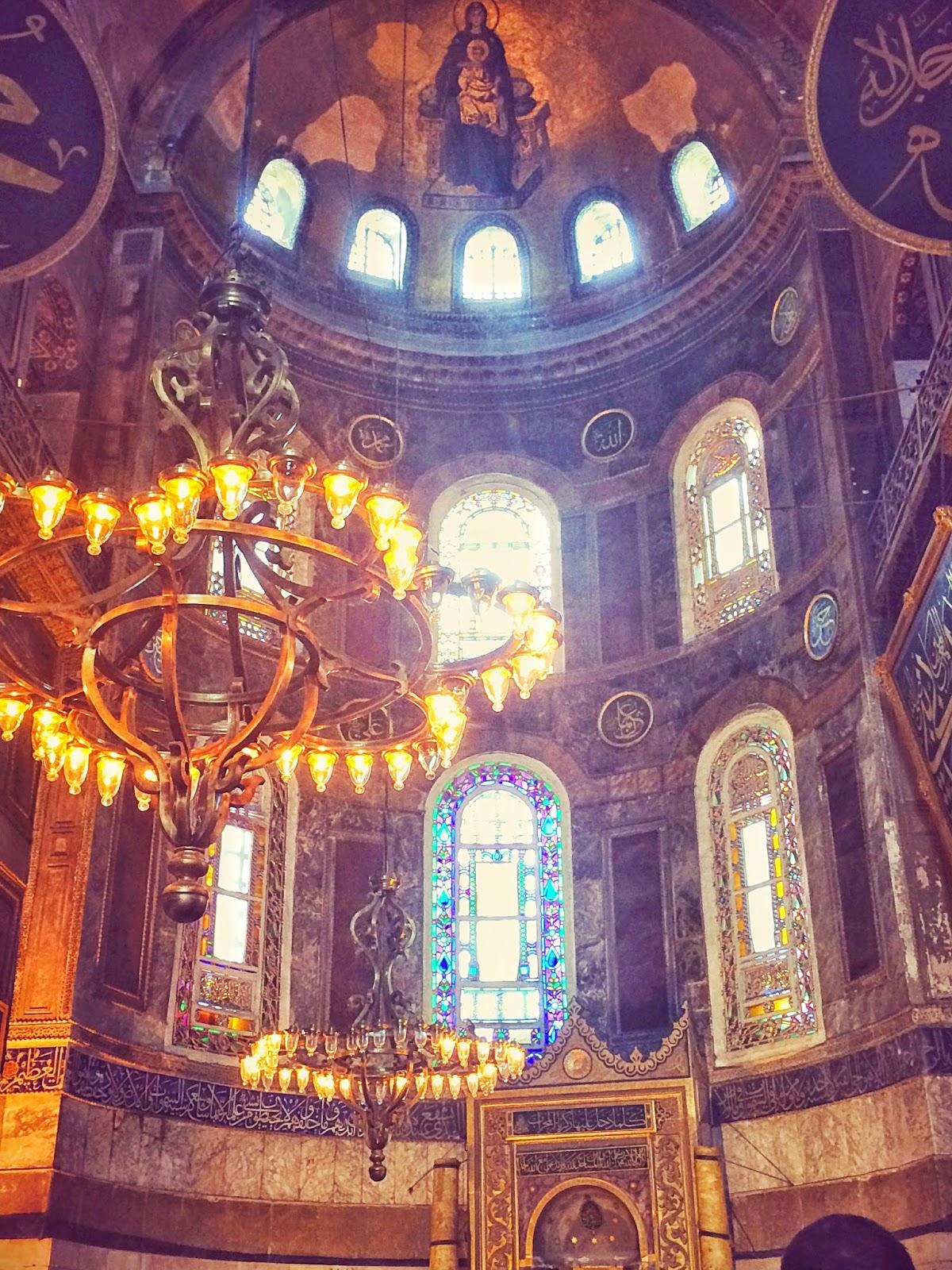 キリスト教と混在するトルコのアヤソフィア・モスク