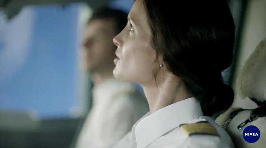 Modella - attrice Nivea pubblicità Q 10 Plus antirughe con Foto - Testimonial Spot Pubblicitario Nivea 2017