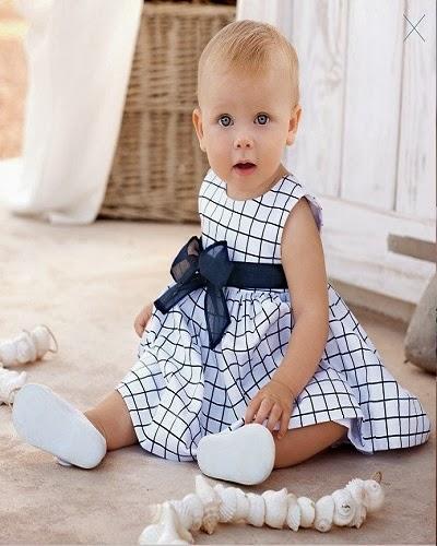 Photo bébé fille avec une robe très chic