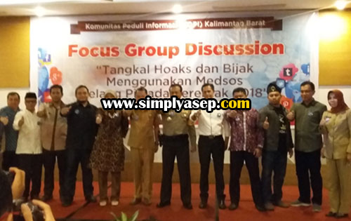FOTO BERSAMA : Sesi foto bersama para keynot speaker Forum Discussion Group. Foto Asep Haryono