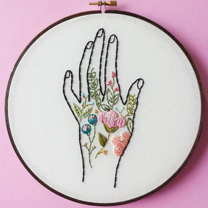 Delicado arte del aro de bordado florece con motivos florales