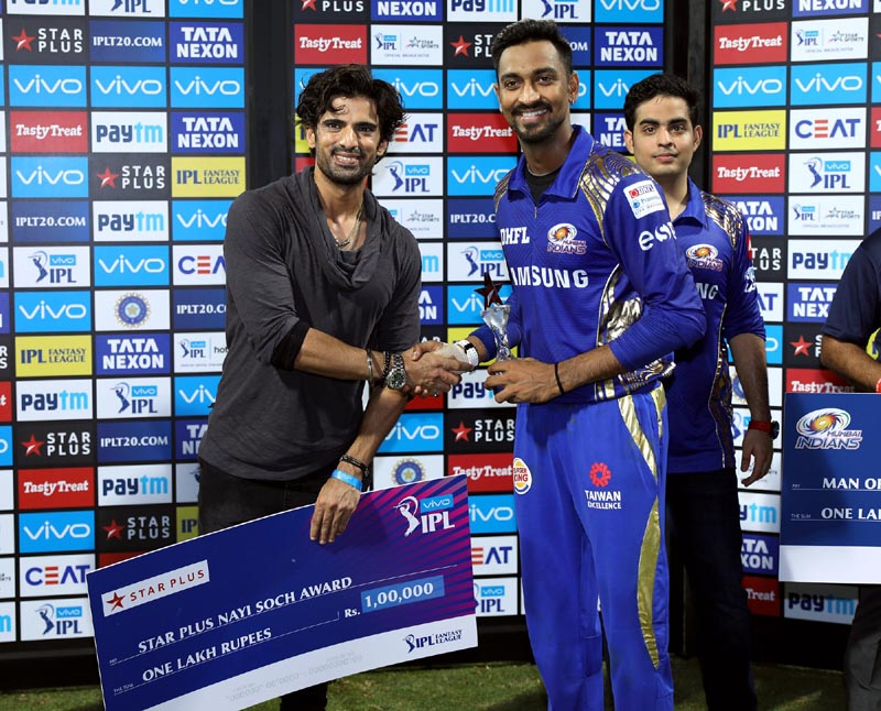 Mohit Malik as Sikander presenting the VIVO IPL Nayi Soch Award to Krunal Pandya
