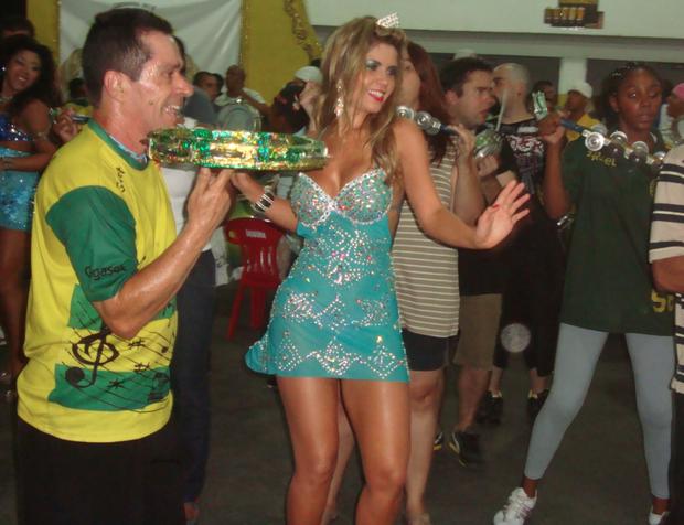 """3a9591081 A ex-BBB Cacau usou um vestido curtinho e transparente na sua coroação como  rainha de bateria da Unidos do Peruche. A ex-participante do """"BBB"""" mostrou  samba ..."""