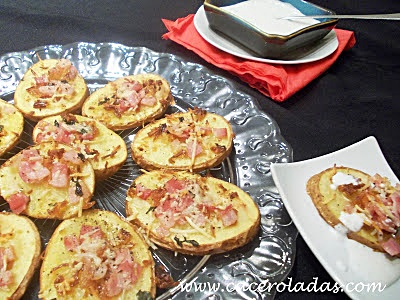 Patatas barca con bacon y queso.