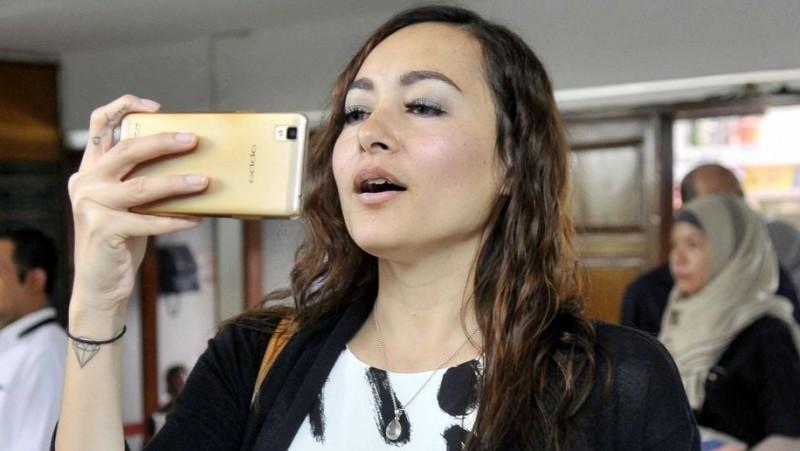 Dewi Rezer sibuk main HP saat mengadiri putusan sidang cerai