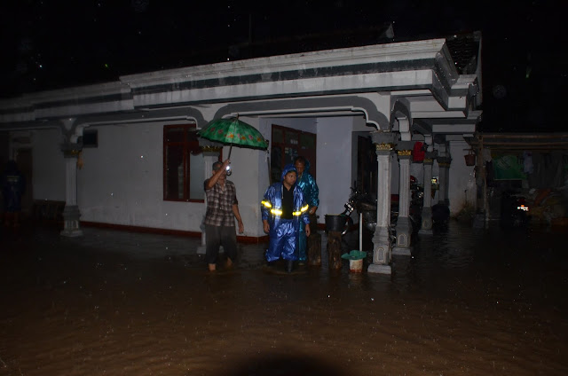 Tinjau Luapan Sungai Ngasinan, Emil Dardak Nyebur Air